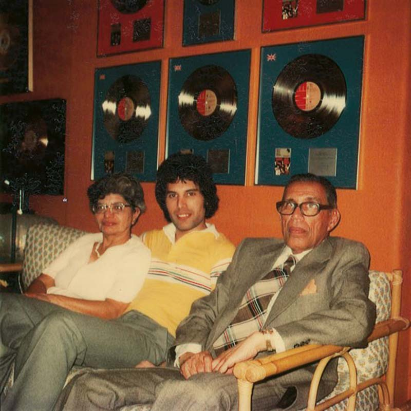 Фредди с родителями Джер и Боми Булсара во время их визита в его квартиру в Кенсингтоне.