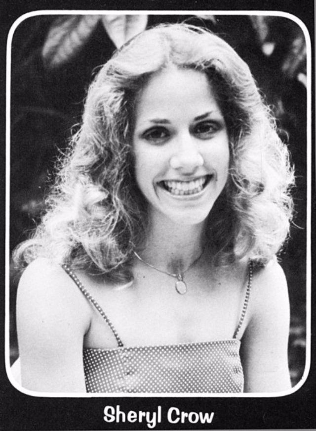 Певица Шерил Кроу сама себе сшила платье на выпускной в 1980 году. Она окончила школу в родном город