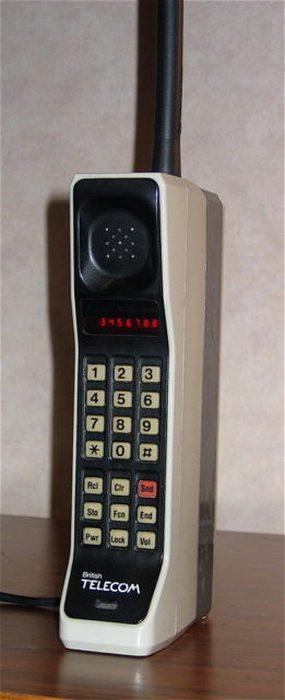 Motorola DynaTAC 8000X (1973). 3 апреля 1973 года с помощью этого устройства исследователь Motorola