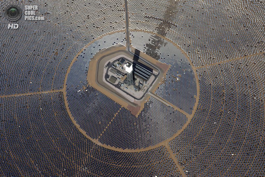США. Сан-Бернардино, Калифорния. 20 февраля. Вид сверху на одну из электростанций. (Ethan Miller