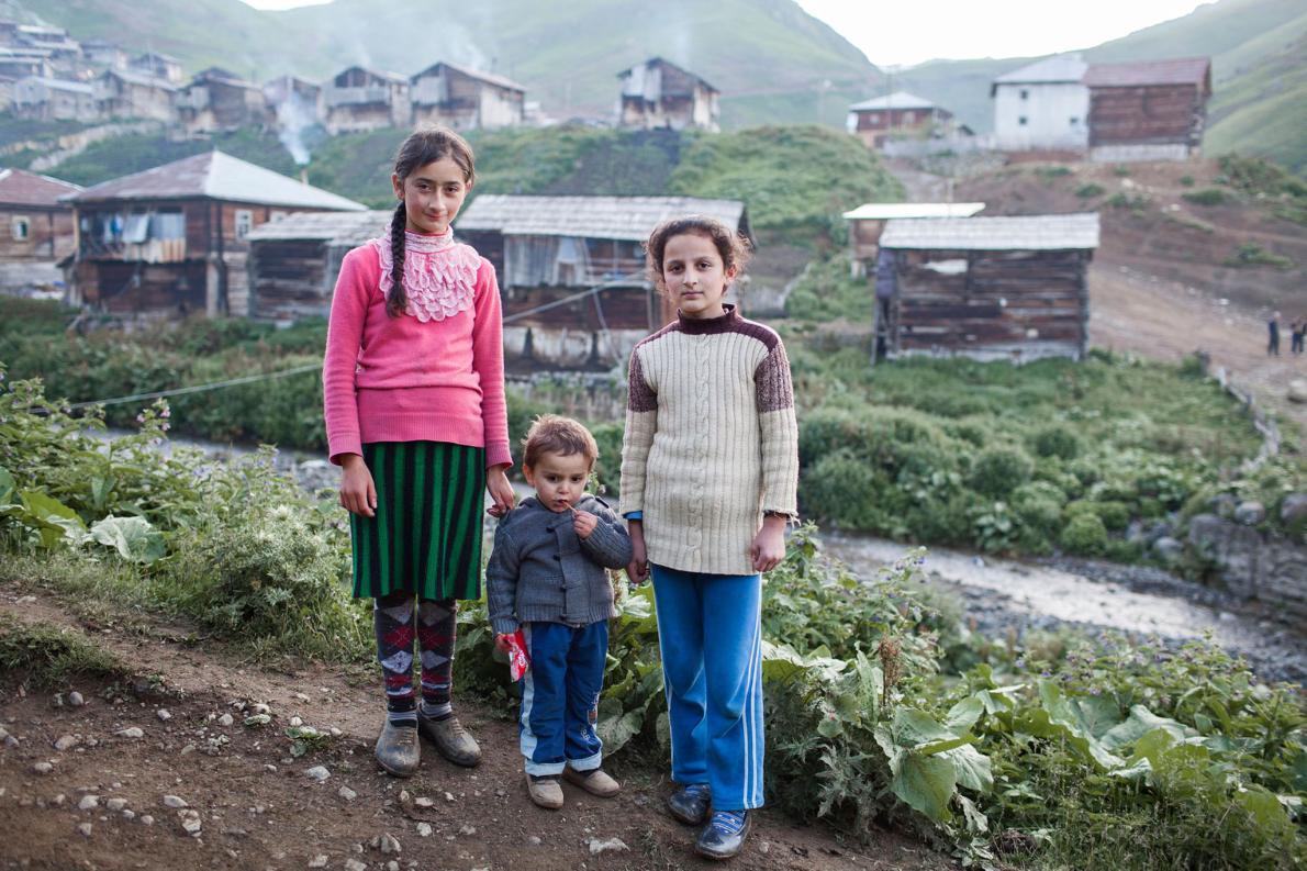 Дети у въезда в аджарскую деревню. Ранние браки очень распространены в этом регионе.