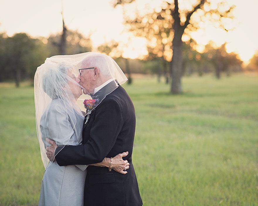 Поэтому на 70-ю годовщину свадьбы их внучка Аманда Клекли устроила фотосессию, воссоздав свадебные ф