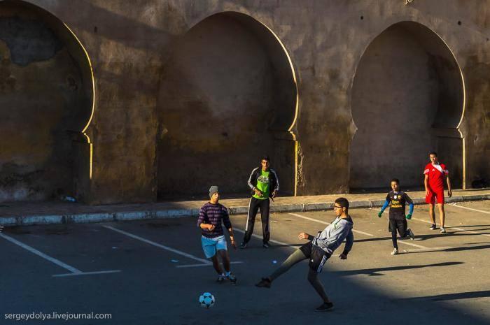 Еще ребята очень любят теннис. Сетки изготавливают из сподручных средств:
