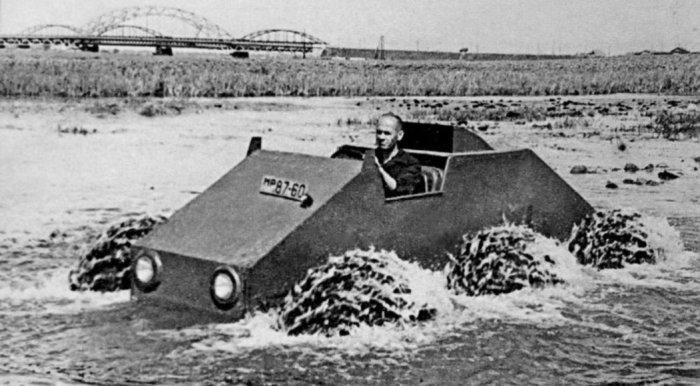 ЗИС-Э134 преодолевает водную преграду. ЗИЛ-157Р К следующему, 1957 году, был построен пробный образе