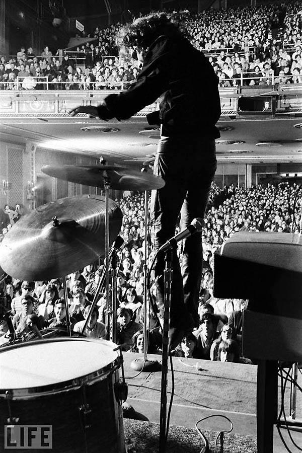 Барабанщик Джон Денсмор, клавишник Рэй Манзарек и Джим Моррисон выступают в «Филмор-Ист». Фотограф ж