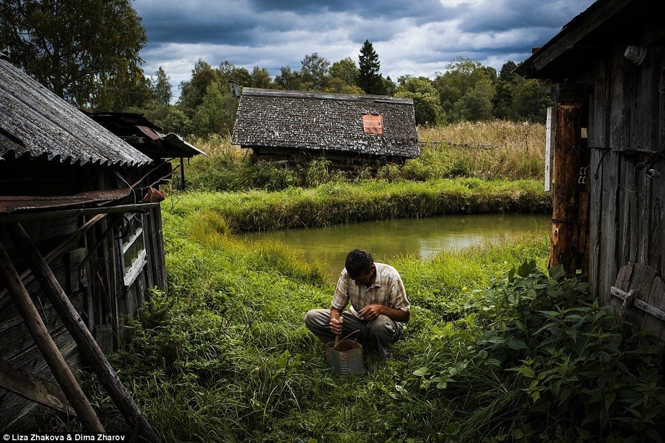 Леша —бывший шахтер, живет в деревне Спирдово; заполняет свой день охотой и употребление