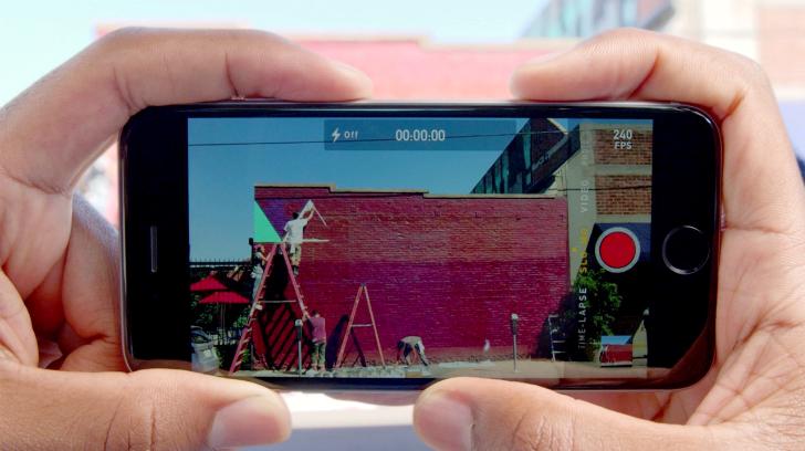 2. Делайте фото прямо во время съемки видео. Чтобы сохранить кадр в формате фотографии, нажмите на к