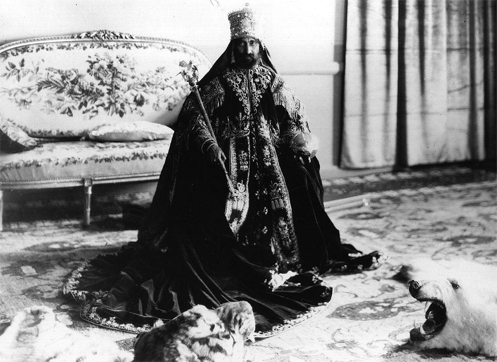 В молодости Хайле Селассие встречался с посетившим Эфиопию Николаем Гумилевым. К будущему императору