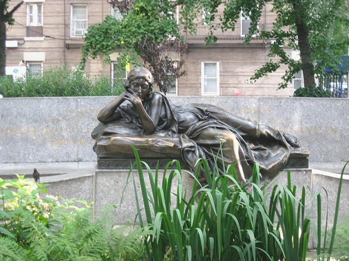 Мемориал Иду и Исидору Штраус в парке Штраус в Нью-Йорке. Позже Джеймс Кемерон изобразил чету Штраус