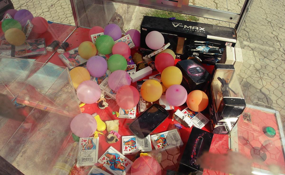 33. Детские игрушки, 20 колод игральных карт, телефоны причудливой формы образцов 15-летней давности