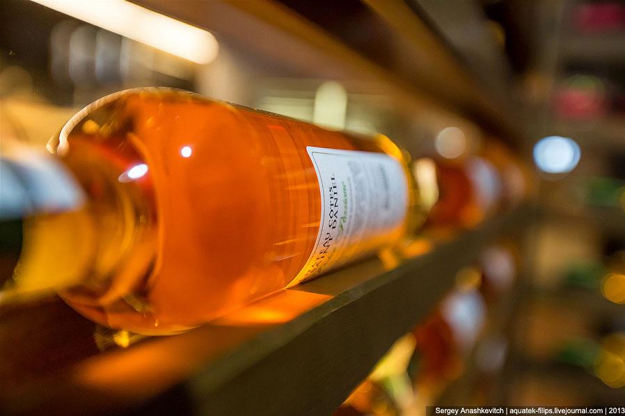 Второе обязательно условие хранения вина — условия освещенности . Идеальным вариантом является темны
