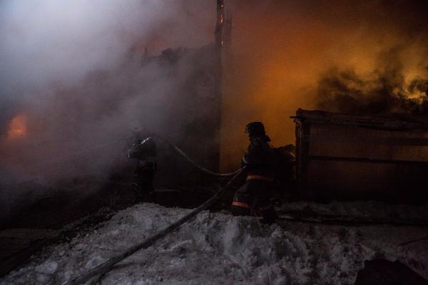 После пожара вНовосибирске семья из покрайней мере 16 человек осталась наулице