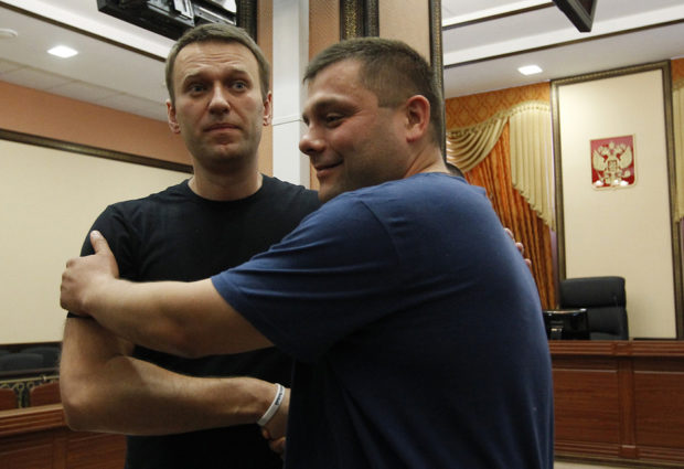 Навальный иОфицеров дали подписку оневыезде изКирова доокончания суда