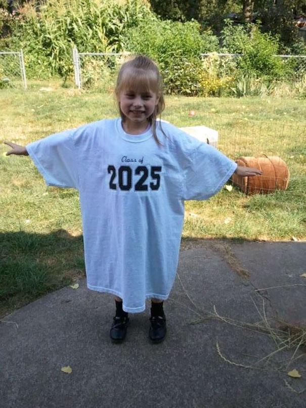 Когда ребенок пойдет в первый класс, сфотографируйте его в футболке, на которой значится год его будущего выпуска. Потом делайте так каждый год, чтобы увидеть, как малыш растет.