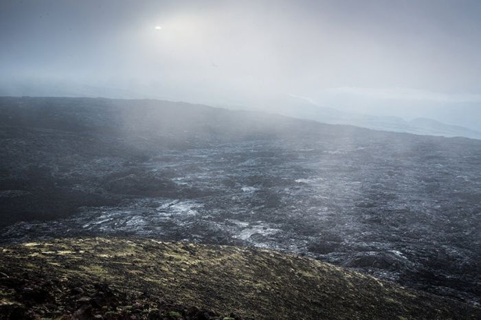 Черные поля лавы извержения 2013 года уничтожили все живое на многие километры вокруг.