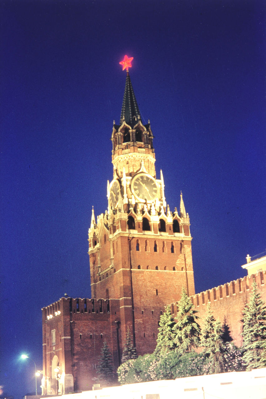 Освещенная Спасская башня Московского Кремля в сумерках