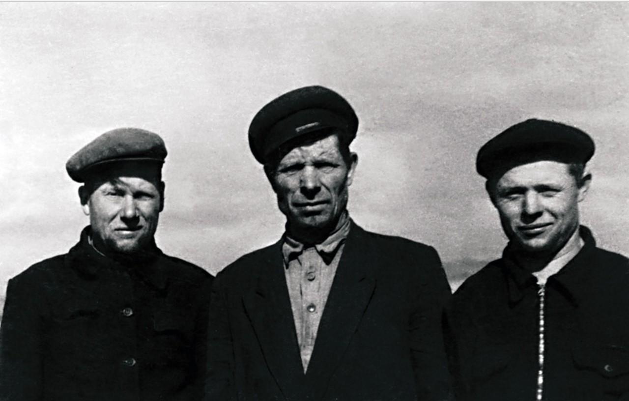 Комбайнеры М. В. Шеметов, И. В. Дьяконов, тракторист В. Г. Шаров
