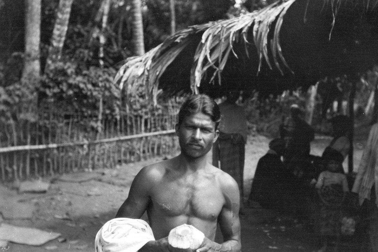 74. Портрет мужчины с кокосом в руках