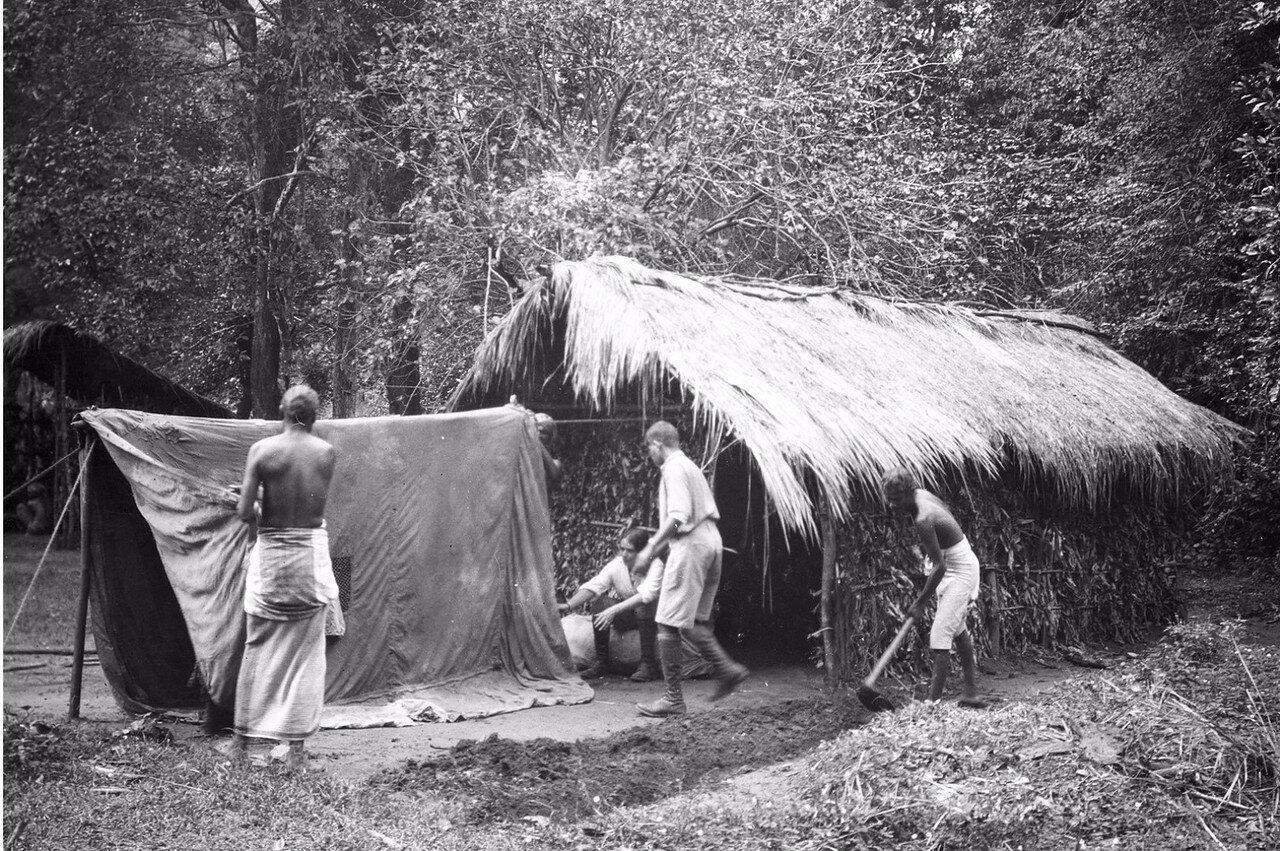 113. Эгон и другие строят временный лагерь экспедиции