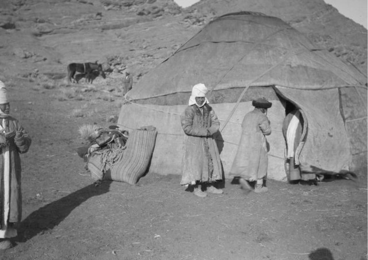 Киргизский лагерь у подножия  Гызыл-Тажина