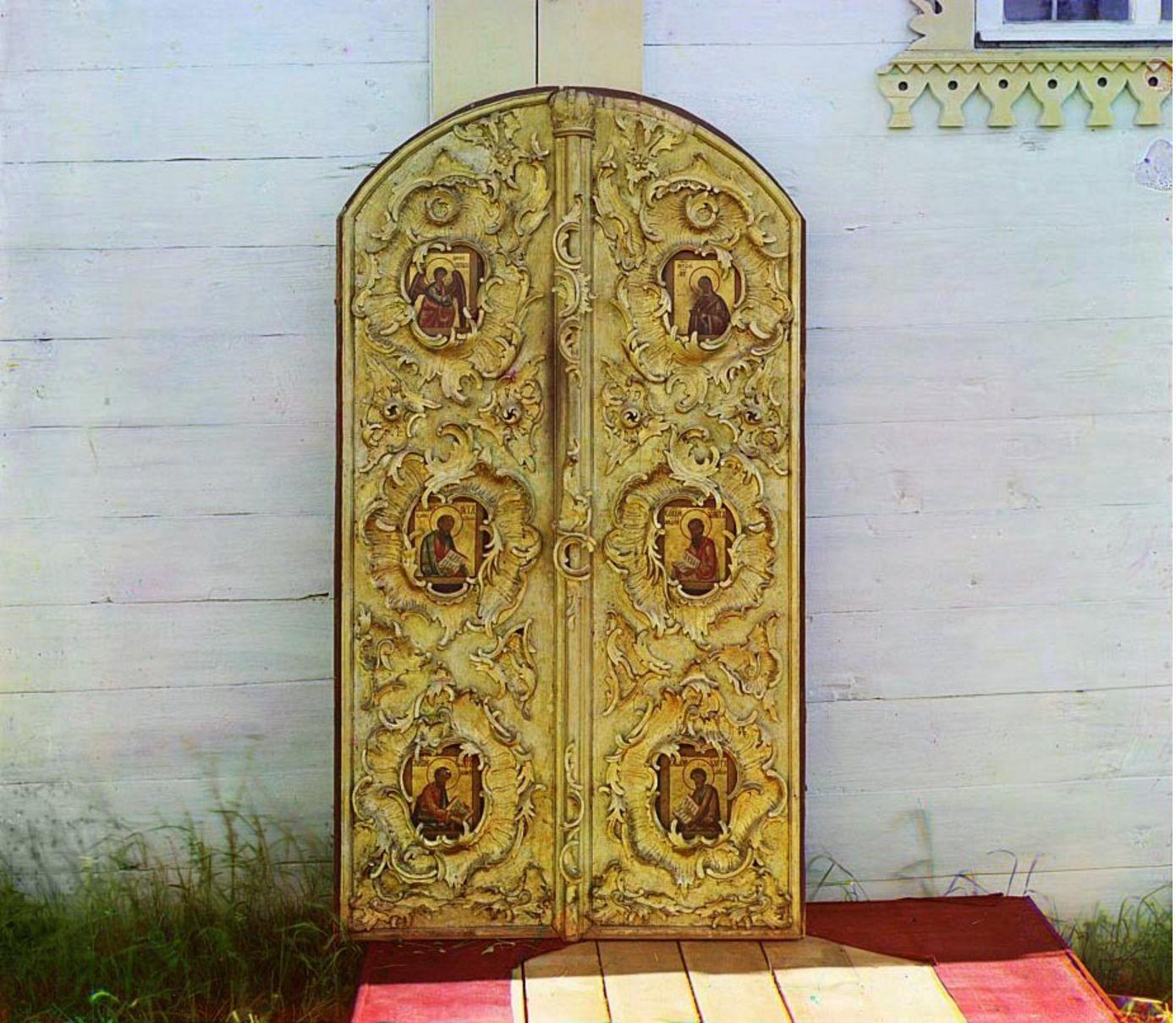Девятины. Старинные Царские врата в церкви Успения Божией Матери.