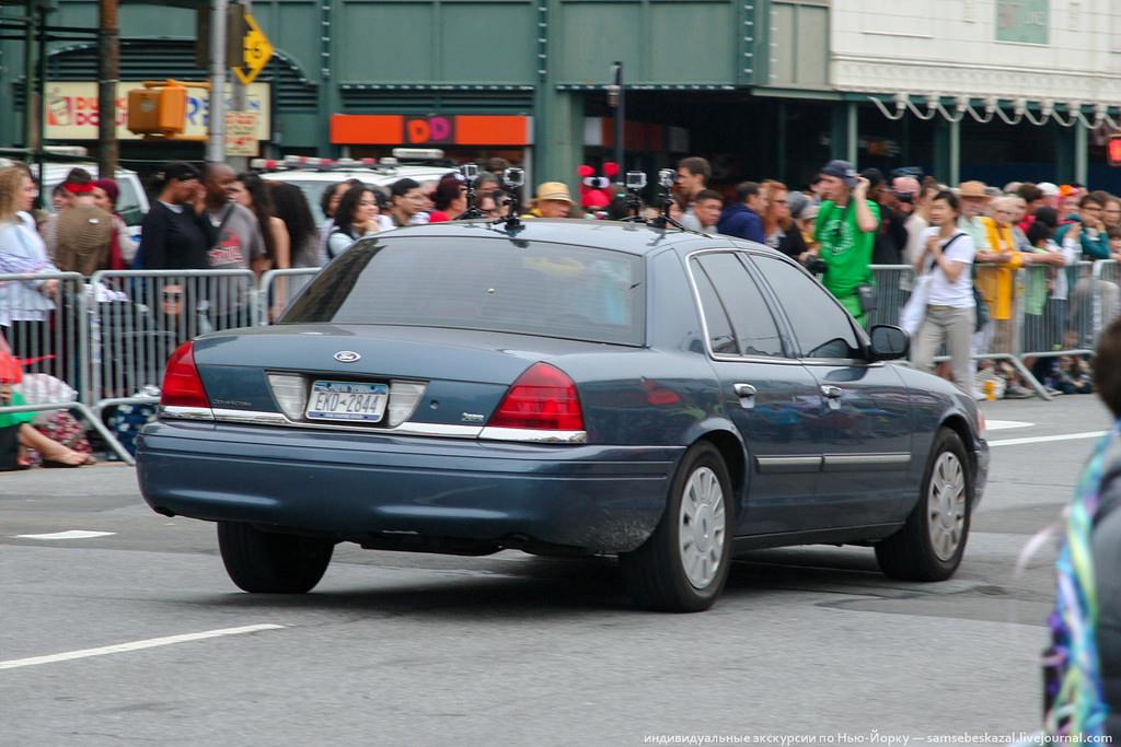 5. Полиция снимает зрителей и участников перед началом шествия. GoPro на службе закона.