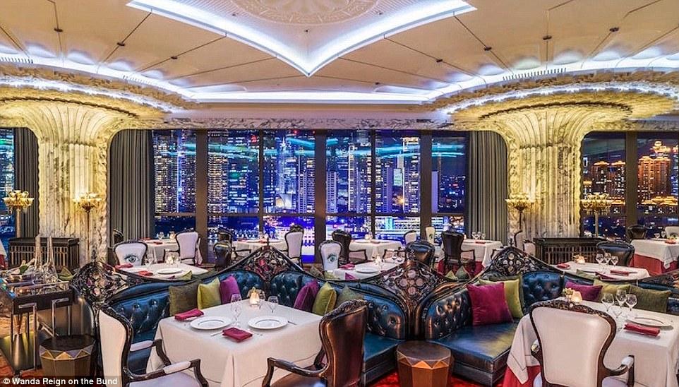Изысканный дизайн распространяется на весь интерьер: в четырех обеденных залах — массивные люстры и