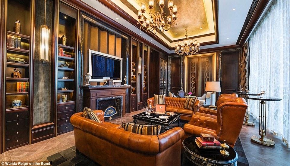 В отеле 193 номера, цены на которые начинаются от 430 долларов за ночь. Каждый оборудован по последн