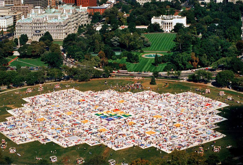 Огромное стеганое одеяло, посвященное тем, кто умер от СПИДа, в Вашингтоне, октябрь 1988 года.