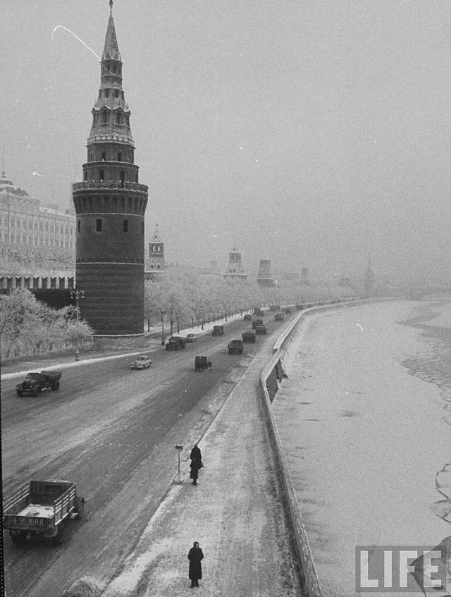 8. Дорога вдоль Кремлевской стены по набережной Москвы-реки.