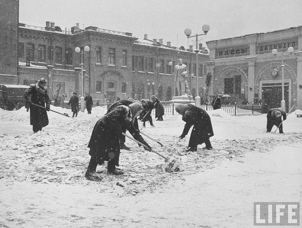29. Уборка снега у вокзала…