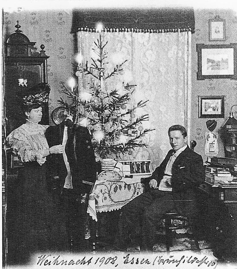 Годы сменяли один другой, и на фотографиях видны признаки перемен: в 1915 году карта на фоне указыва