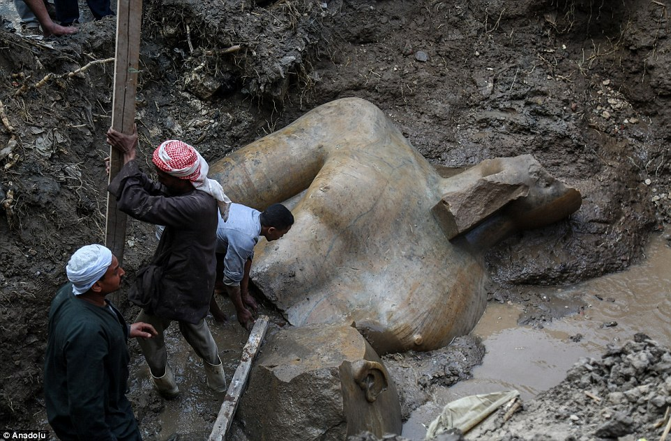В этом же районе был обнаружен 80-метровый фрагмент еще одной статуи, изображающей фараона XIX динас