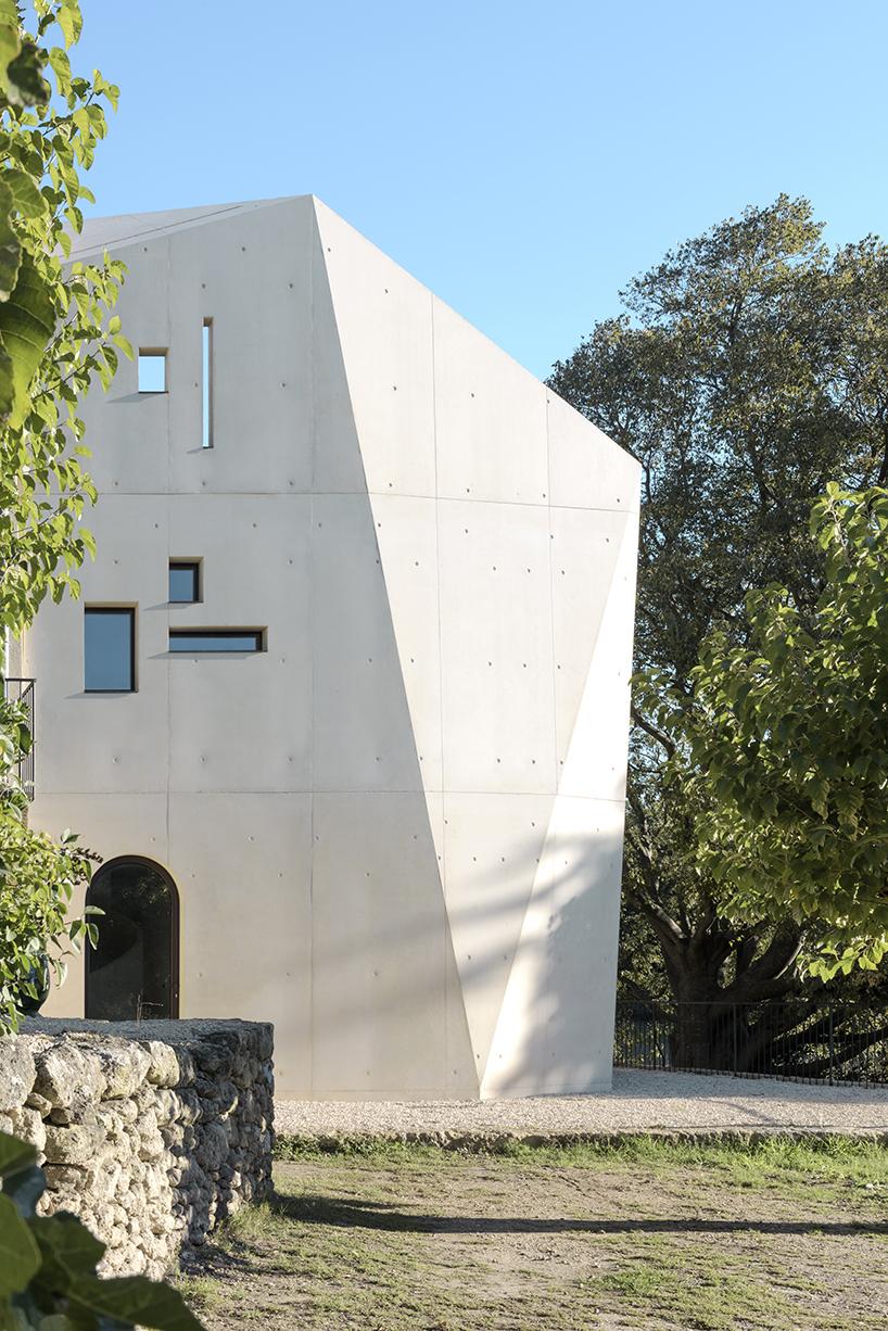 Многогранная пристройка из бетона во Франции