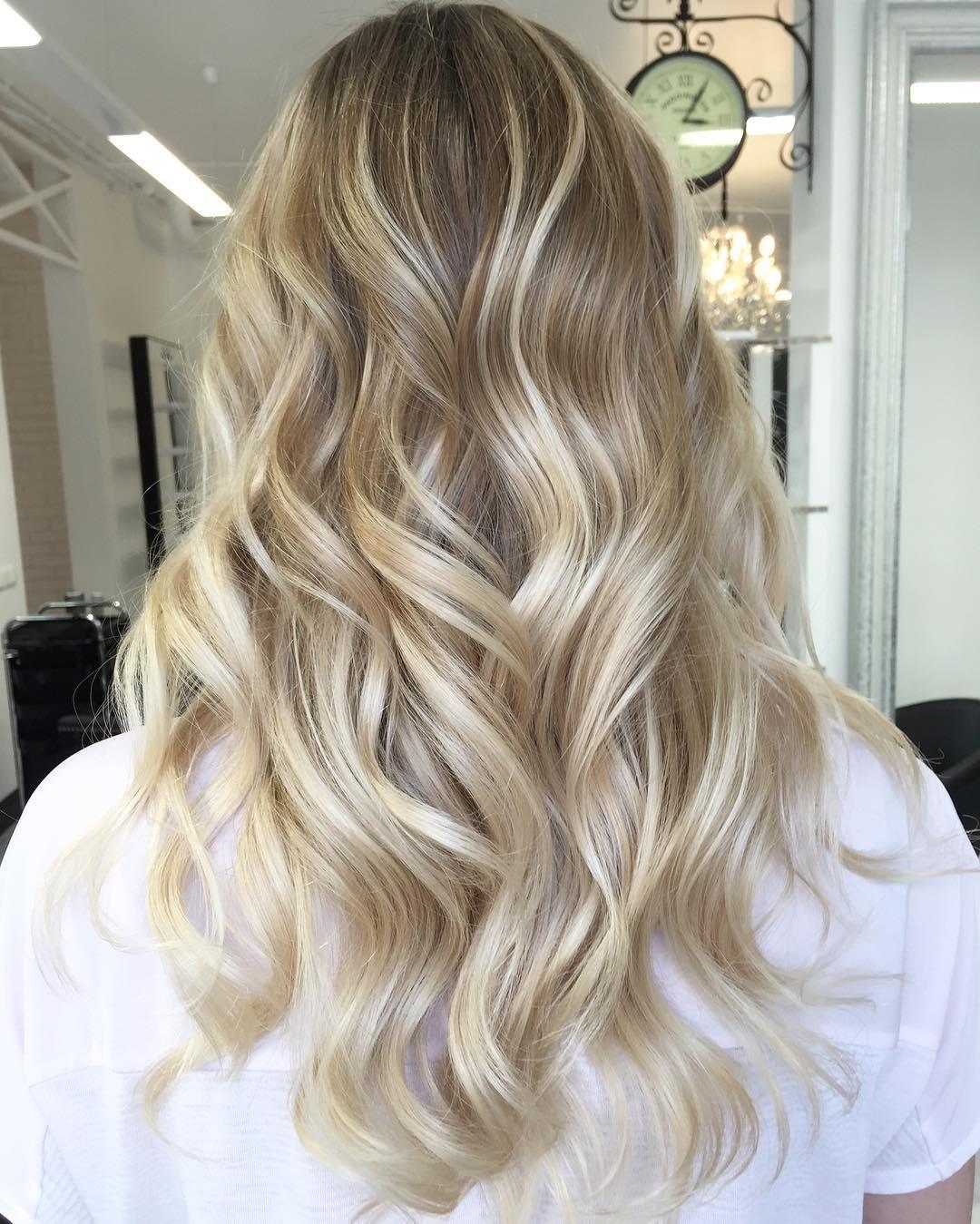 Эта техника придает легкость и сияние волосам. Она заключается в чередовании темных и светлых прядей