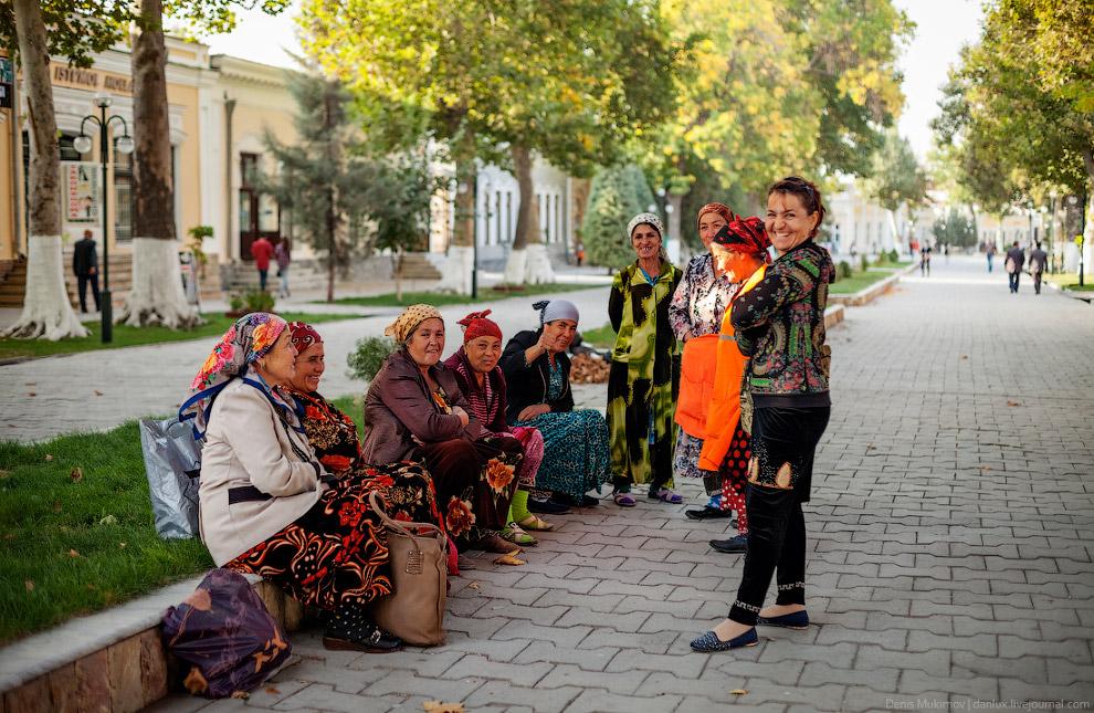 28. Идеальную чистоту и порядок в самом туристическом городе Узбекистана поддерживает большая а