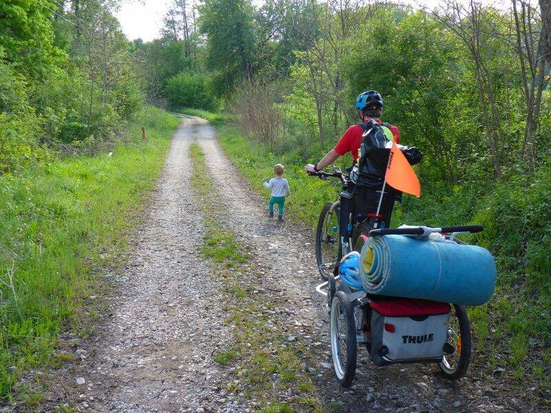 двухлетний ребенок идет сам пешком в велопоходе