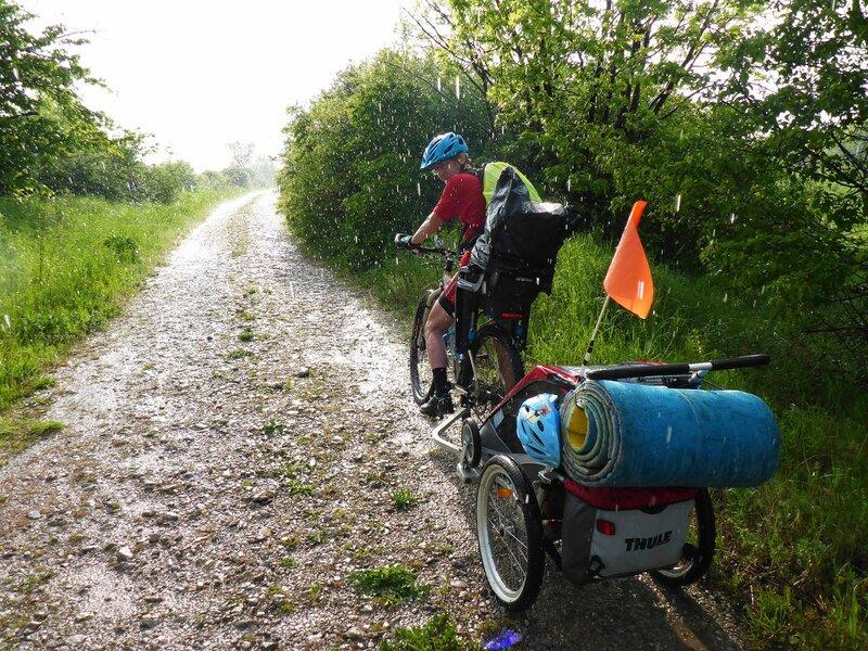 велопоход с ребенком с велоприцепом thule под дождем