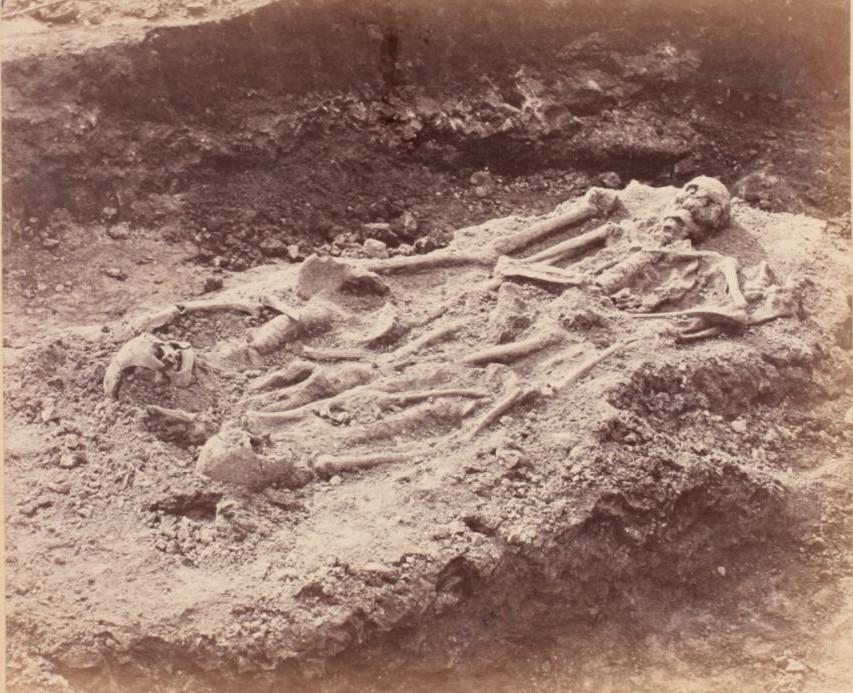 Раскоп с тремя скелетами