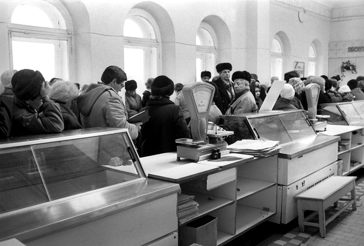 1991.  В Перми были перебои с поставками продовольствия. Молочные продукты подскочили в цене и продавались преимущественно по талонам, хлеб - по визиткам и паспортам. Пустые прилавки гастронома