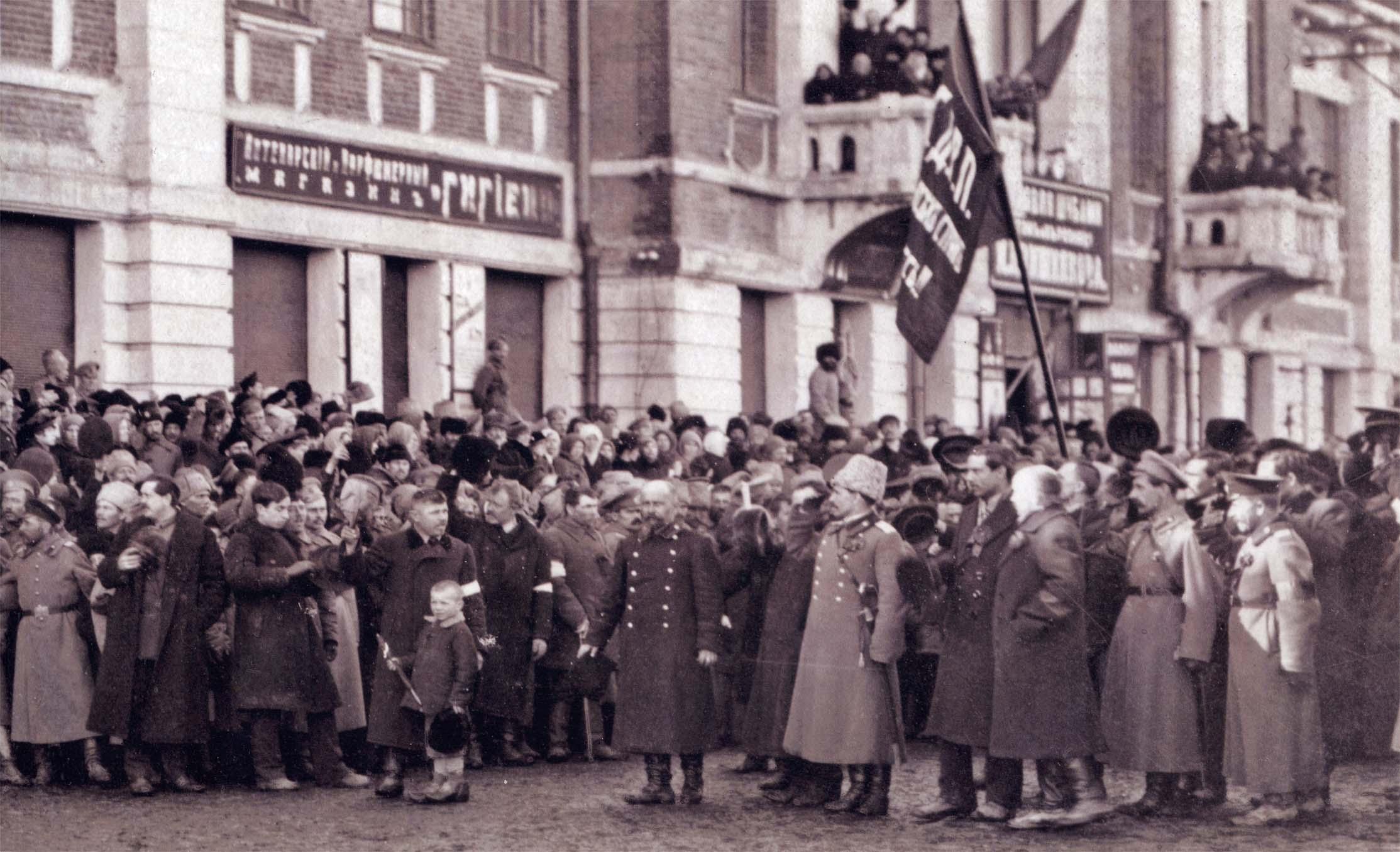 Представители РСДРП перед зданием Государственной управы и Думы. 1917