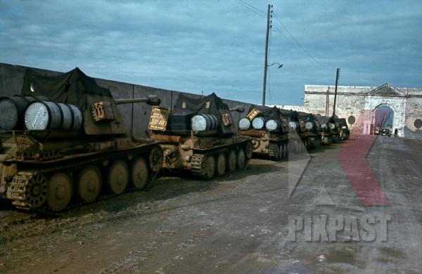 stock-photo-german-marder-3-panzer-column-with-75-cm-pak-40-quai-charles-quint-la-goulette-tunisia-1942-12450.jpg
