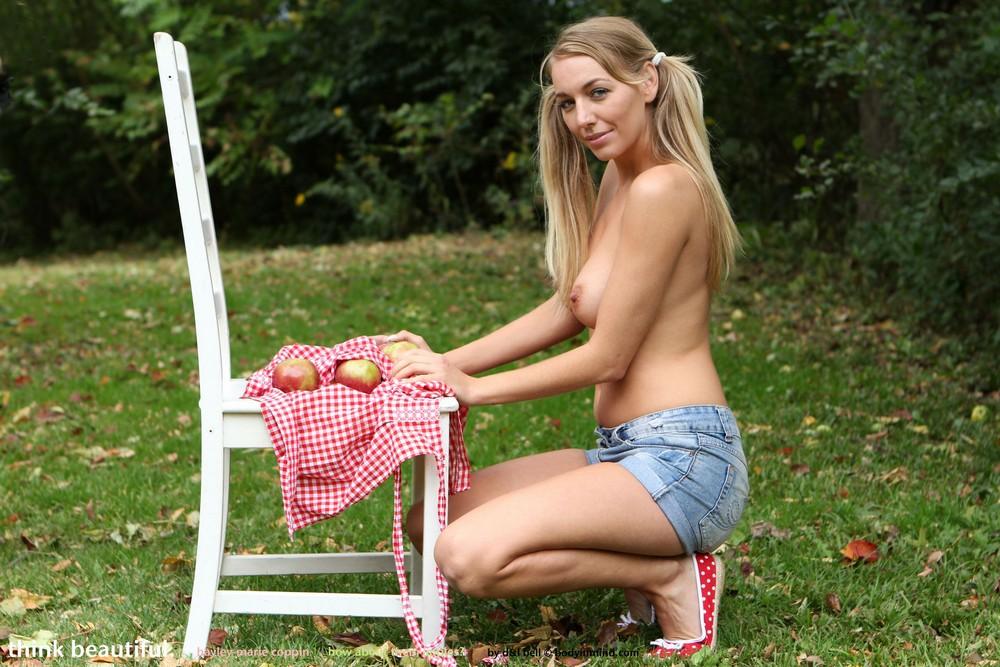 Hayley-Marie собирает яблоки