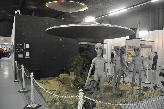 Открытки с Всемирным днём НЛО. Я хочу верить! Roswell UFO museum открытки фото рисунки картинки поздравления
