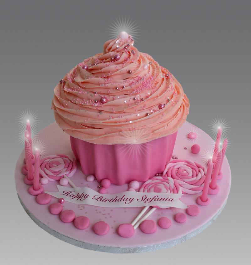 Красивый торт к дню рождения со свечами.  Международный день торта!