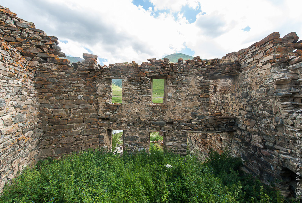 6. В башнях жили и оборонялись. Обычно в них было три-четыре этажа. На первом — скот, на втором