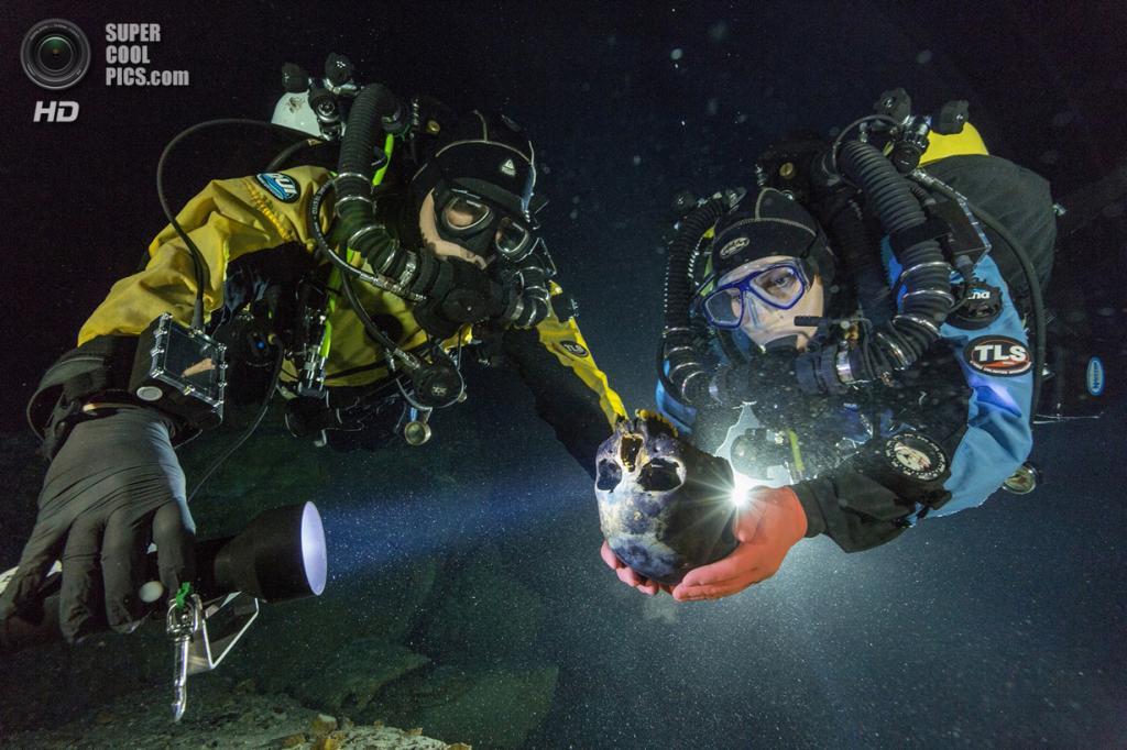 Мексика. Сак-Актун, Юкатан. Дайверы держат череп 16-летней девочки, который был найден в подводн