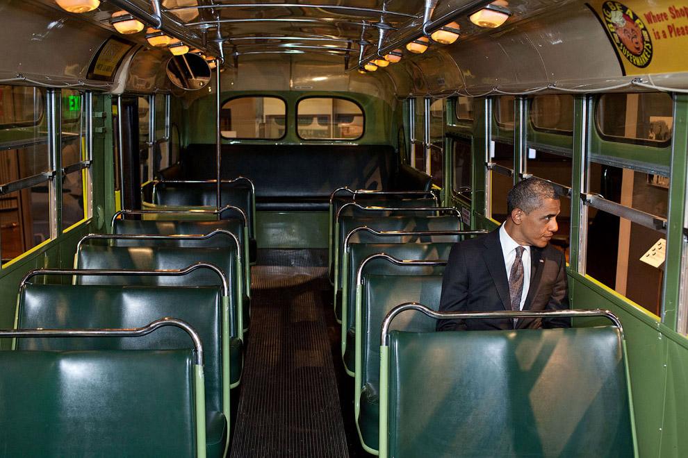 17. Обама садится в свой самолет в международном аэропорту имени Джона Кеннеди в Нью-Йорке, 21