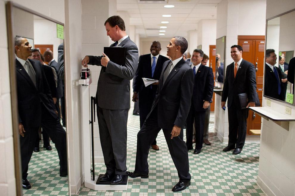 24. Президент Барак Обама выходит из Дримлайнера 787, чтобы поприветствовать рабочих завода, 17