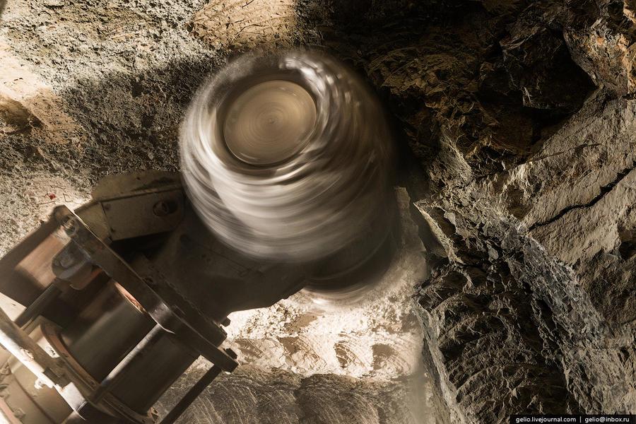 28. Комбайн отбивает руду рабочим органом (шарошкой), с установленной на него резцами.